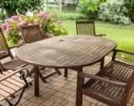 Vrtni stolovi za ljetne noći na terasi